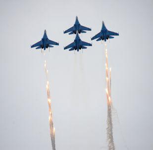 Il gruppo di caccia Su-27 della pattuglia acrobatica Russkiye Vityazy - I Cavalieri russi
