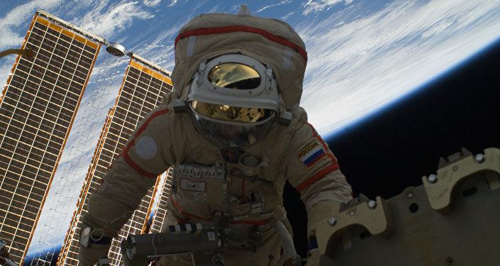 Cosmonauta russo Oleg Kotov nello spazio aperto