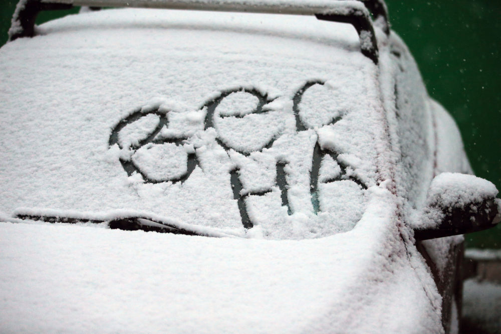 Primavera ha scritto qualcuno su quest'auto ricoperta di neve