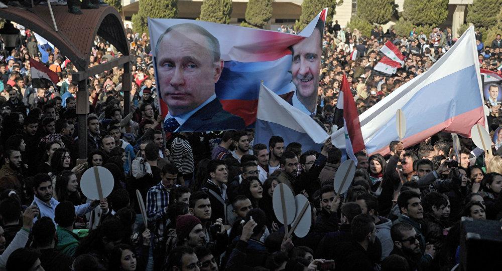 Gli studenti dell'Università di Al-Baath nei pressi di Damasco appoggiano l'operazione militare russa in Siria