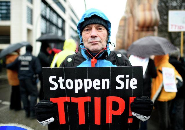 In Europa ci sono  tante manifestazioni contro TTIP ( Partenariato transatlantico per il commercio e gli investimenti)