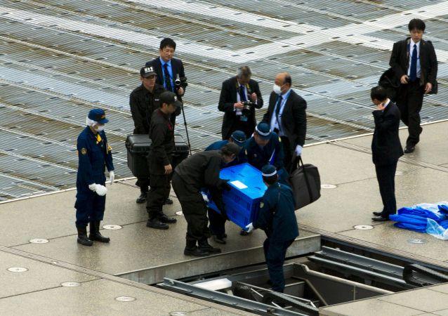 Un piccolo velivolo radiocomandato con simboli radioattivi trovato sul tetto degli uffici del primo ministro giapponese.