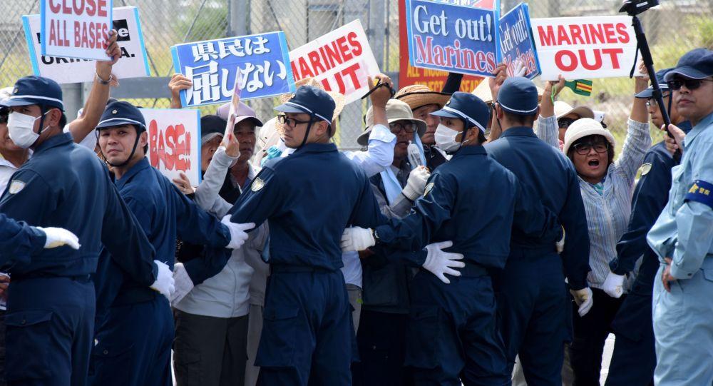 Dimostranti ad Okinawa