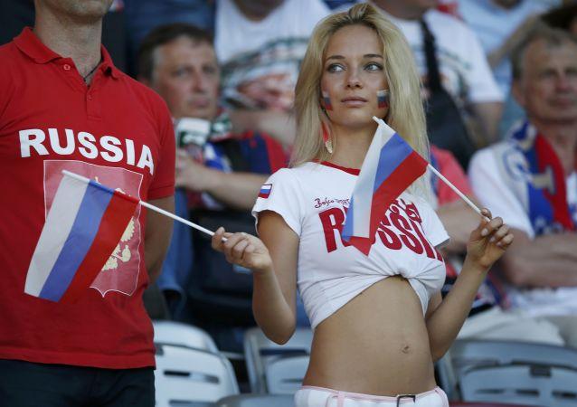 Una tifosa russa allo stadio di Tolosa