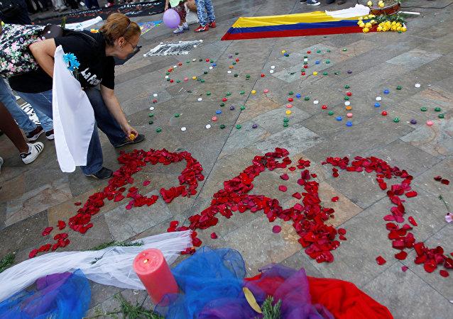 Una scritta che celebra l'accordo di pace a Medellin