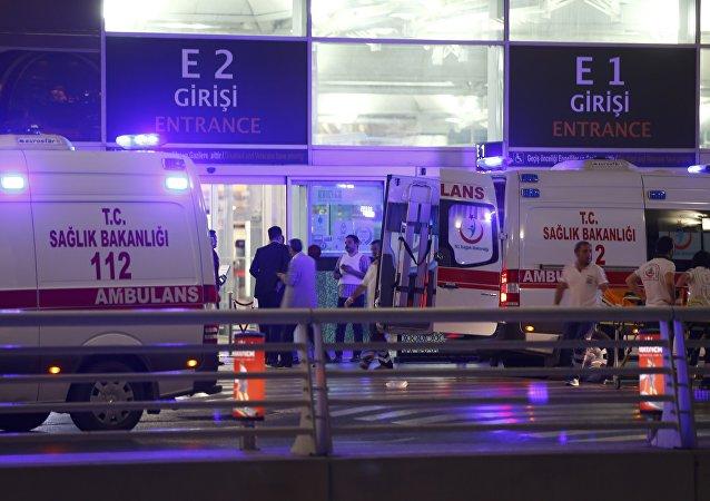 Ambulanze fuori dall'aeroporto di Istanbul
