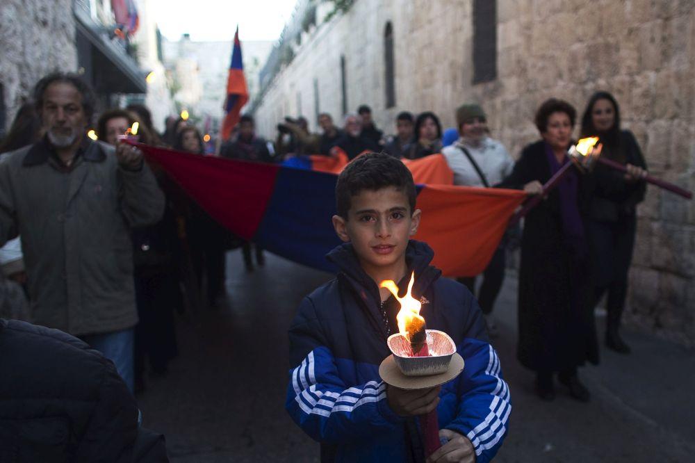 Membri della comunità armena durante la marcia del ricordo per i 100 anni del genocidio armeno