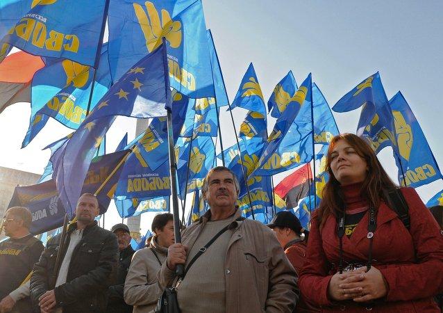 Militanti del movimento nazionalista ucraino Svoboda