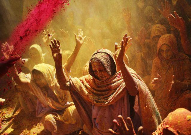 I canti delle vedove in occasione di festa religiosa in India
