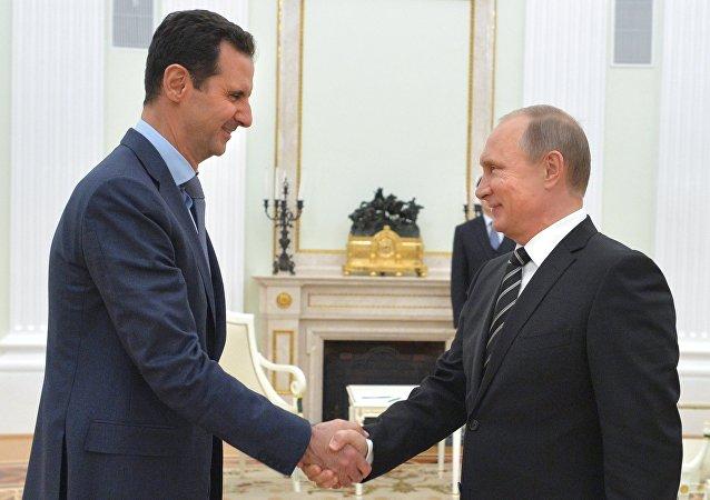 Vladimir Putin e Bashar Assad (foto d'archivio)