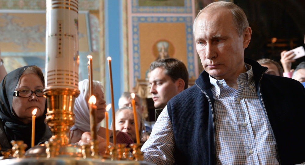 Putin in chiesa (foto d'archivio)