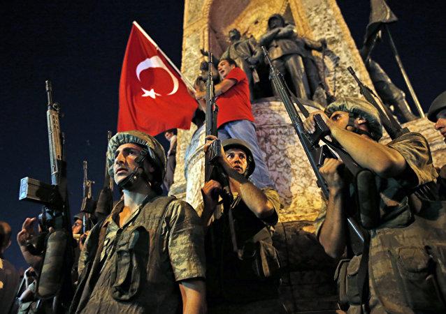 Militari e bandiere turche, caos in Turchia