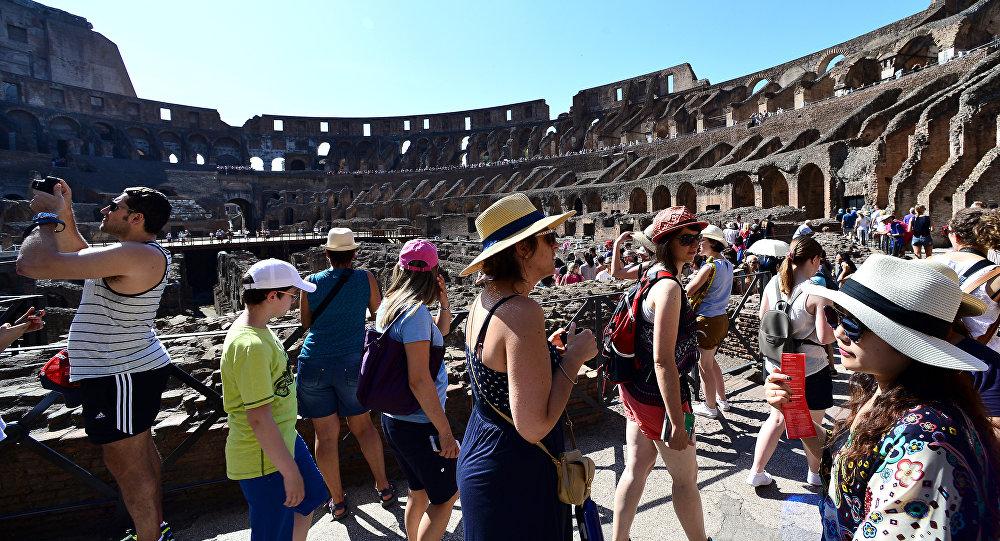 Turisti nel Colosseo (foto d'archivio)