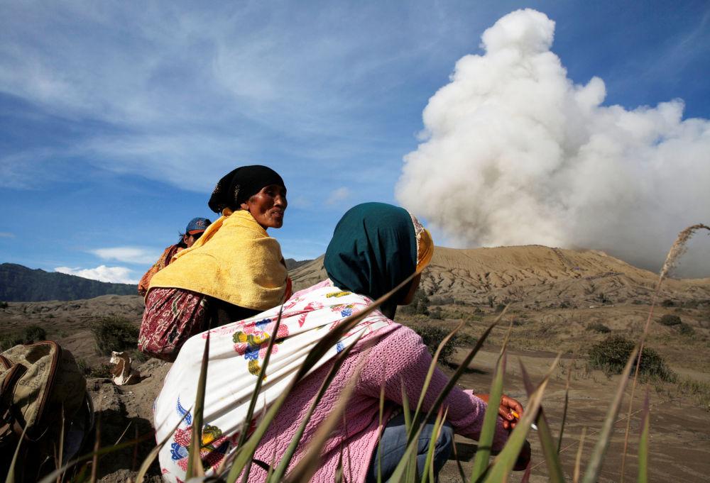 Il volcano di Bromo sputa cenere, Indonesia.