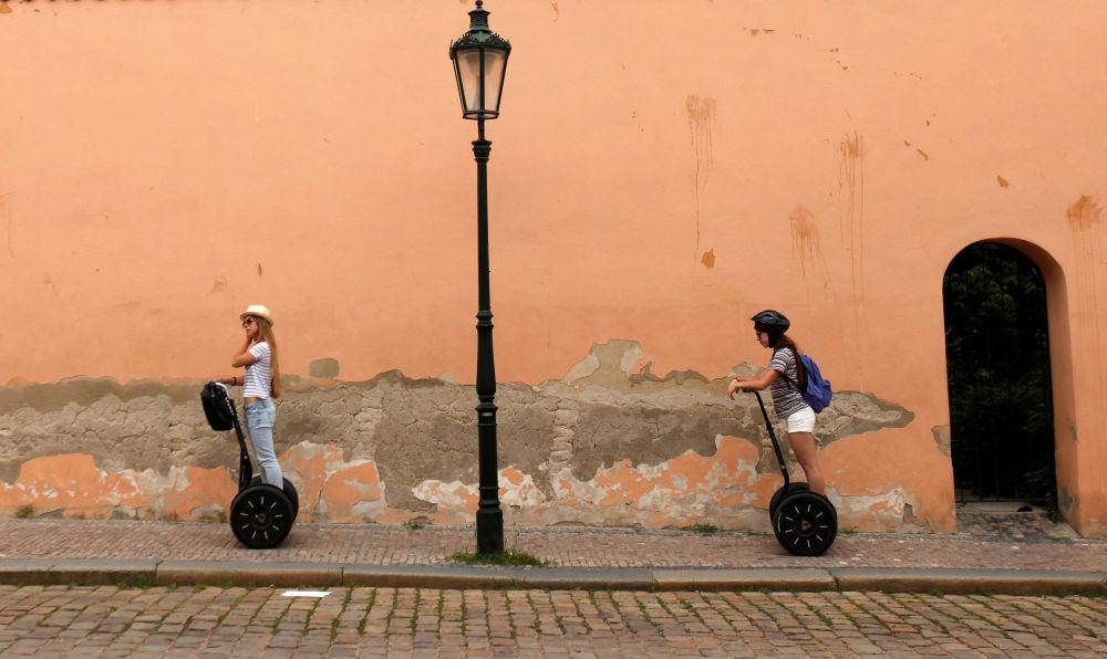 Turisti vanno su segways in una strada centrale a Praga, Repubblica Ceca.