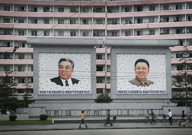 Manifesti in Corea del Nord di Kim Il Sung e Kim Jong Il