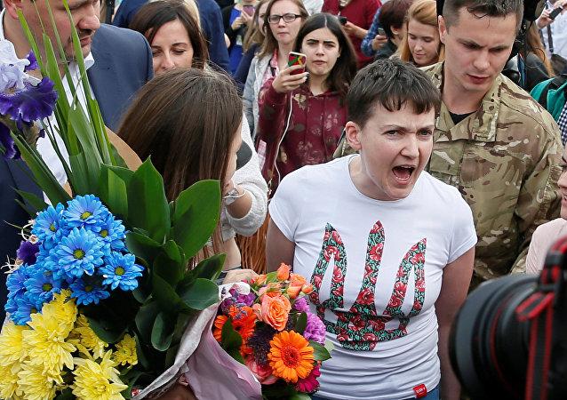 Nadia Savchenko accolta a Kiev dopo la scarcerazione