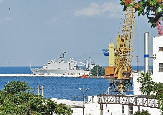 Nave da sbarco USA Whidbey Island al porto di Odessa