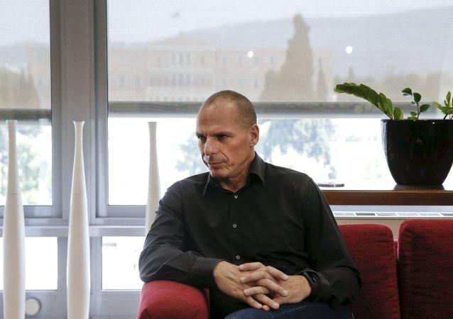 """Seduto ad un ristorante del quartiere Exarchia con la moglie, il ministro ha infatti ricevuto una """"visita"""" inaspettata."""