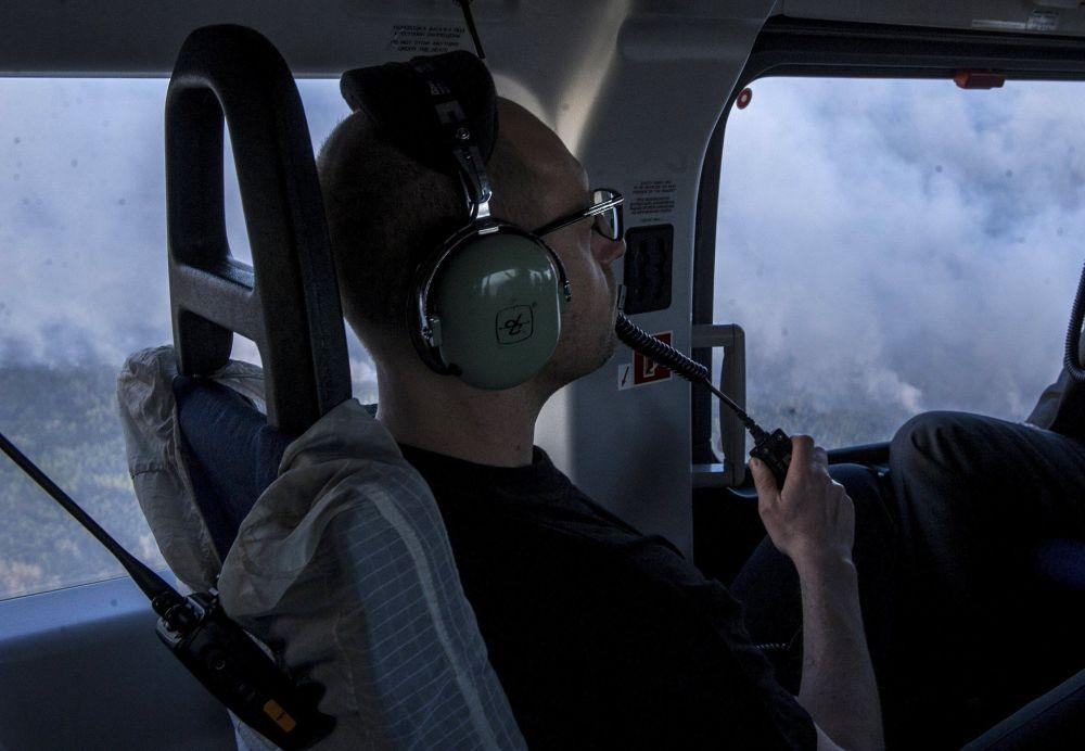 Premier ucraino Yatsenyuk in elicottero sopra il territorio in fiamme