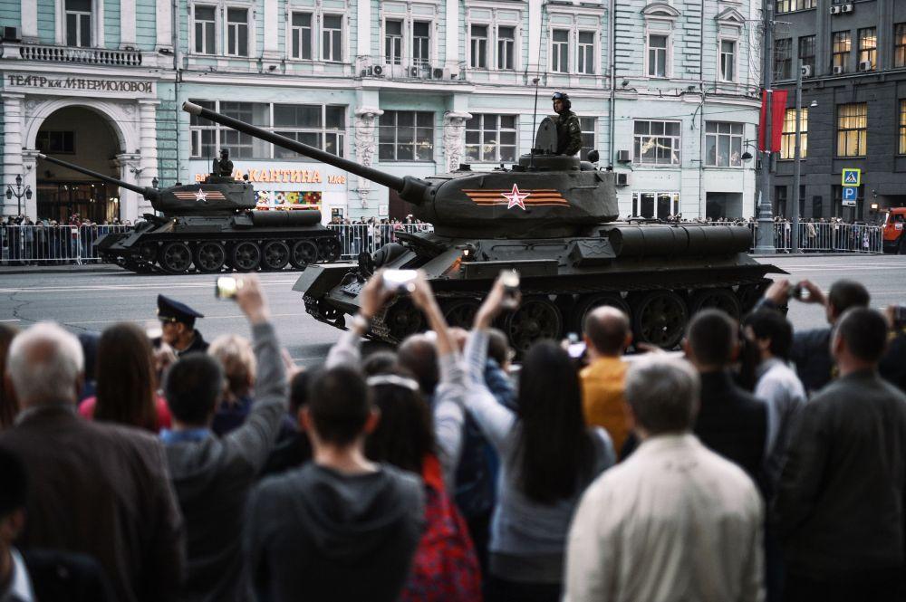 Il carro armato T-34-85 dell'epoca della Seconda guerra mondiale durante le prove per la parata della vittoria a Mosca