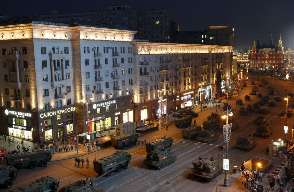 Mezzi militari lungo la via Tverskaya a Mosca, durante le prove per la parata della Vittoria