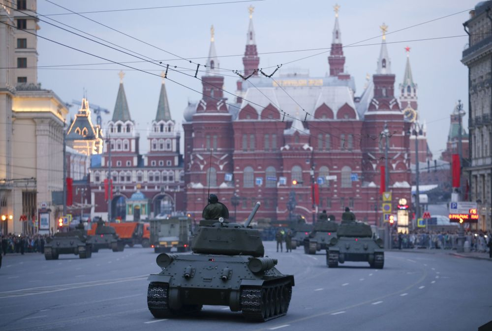 Vista sulla Piazza Rossa dalla via Tverskaya con i mezzi militari