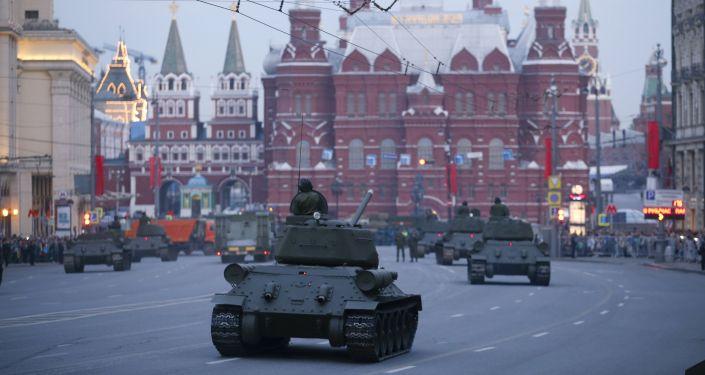 Vista sulla Piazza Rossa dalla via Tverskaya con i mezzi militari.