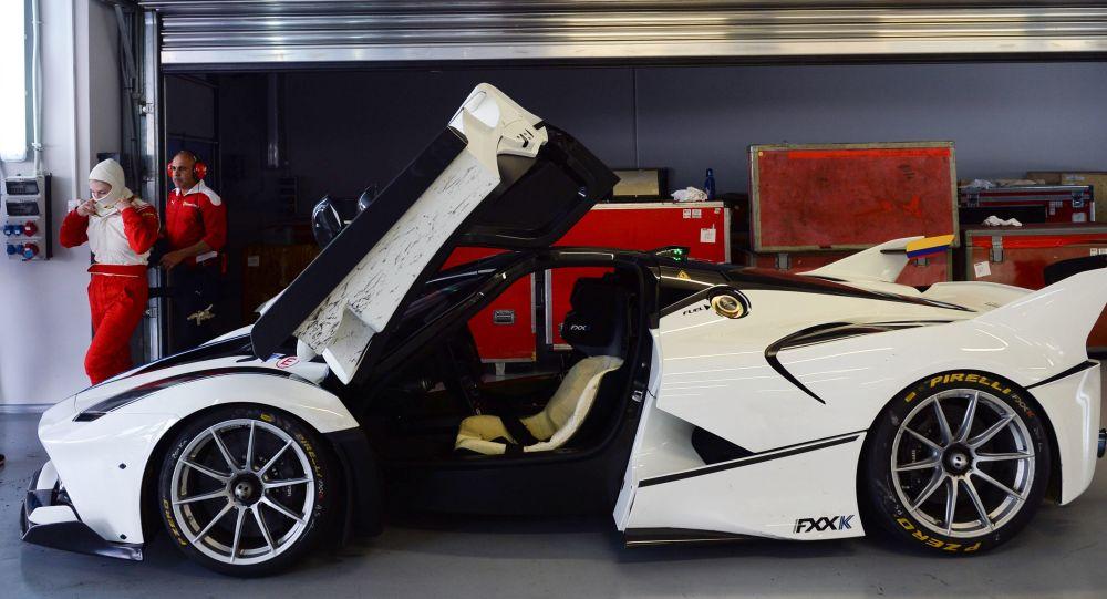 Автомобиль Ferrari FXX-K в боксах Сочи Автодрома во время автошоу Ferrari Racing Days в Сочи