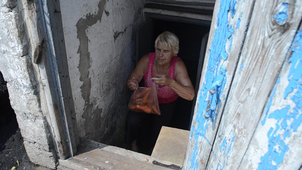 La signora Lyudmila ci regala i prodotti del suo orto