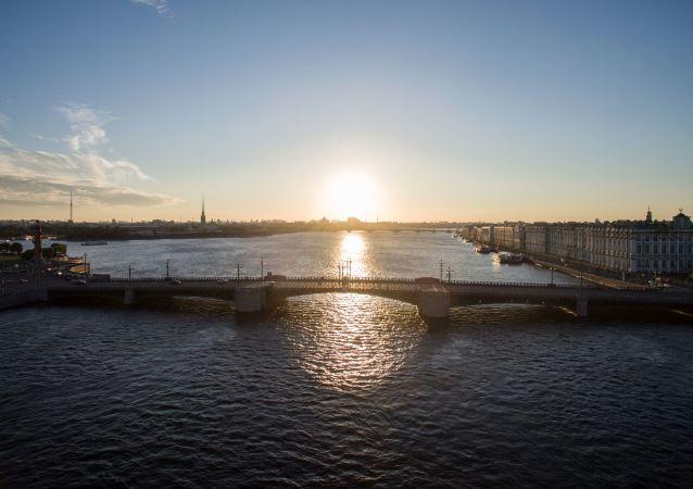 Il ponte levatoio Dvortsovy che collega l'isola Vasil'evskij con la parte centrale del San Pietroburgo.