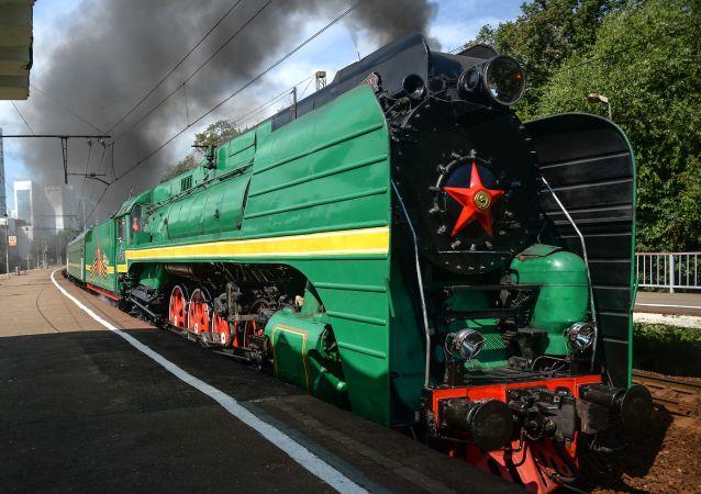 La sfilata delle locomotve d'epoca a Mosca