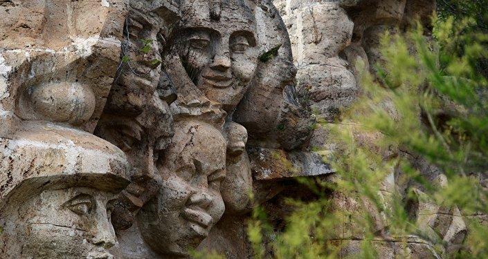 Il monumento Amicizia dei bambini del mondo nella colonia Artek in Crimea