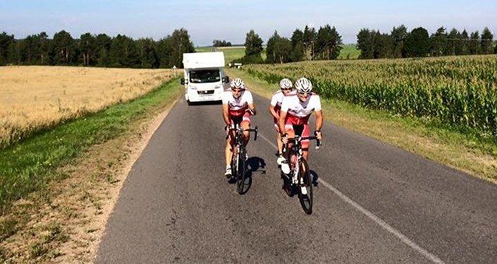 Paolo, Arturo e Sandro in un tratto di strada in Bielorussia