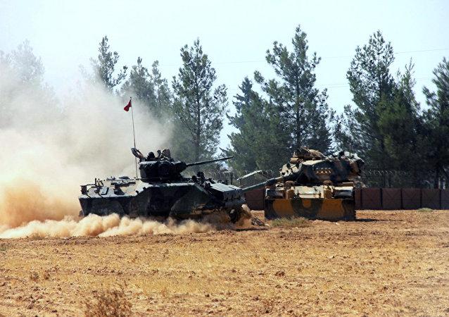Carri armati turchi al confile con la Siria