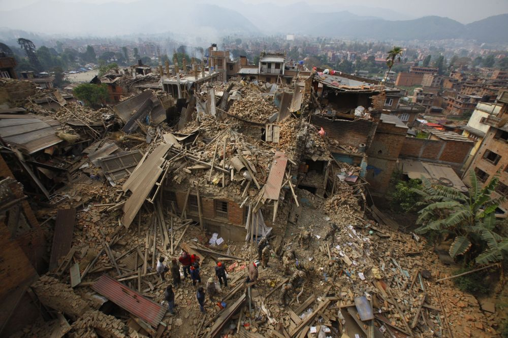 Soccorritori al lavoro a Bhaktapur, vicino a Kathmandu in Nepal.