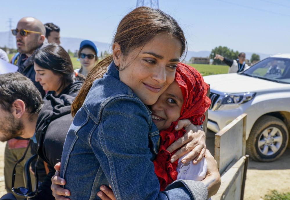 L'attrice di Hollywood Salma Hayek abbraccia una rifugiata siriana.
