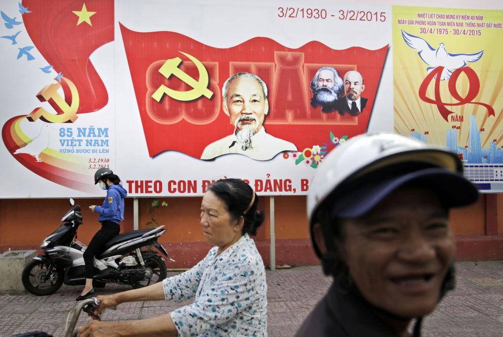 Uno striscione del partito comunista del Vietnam con le effige di Marx ed Engels e di Ho Chi Minh.