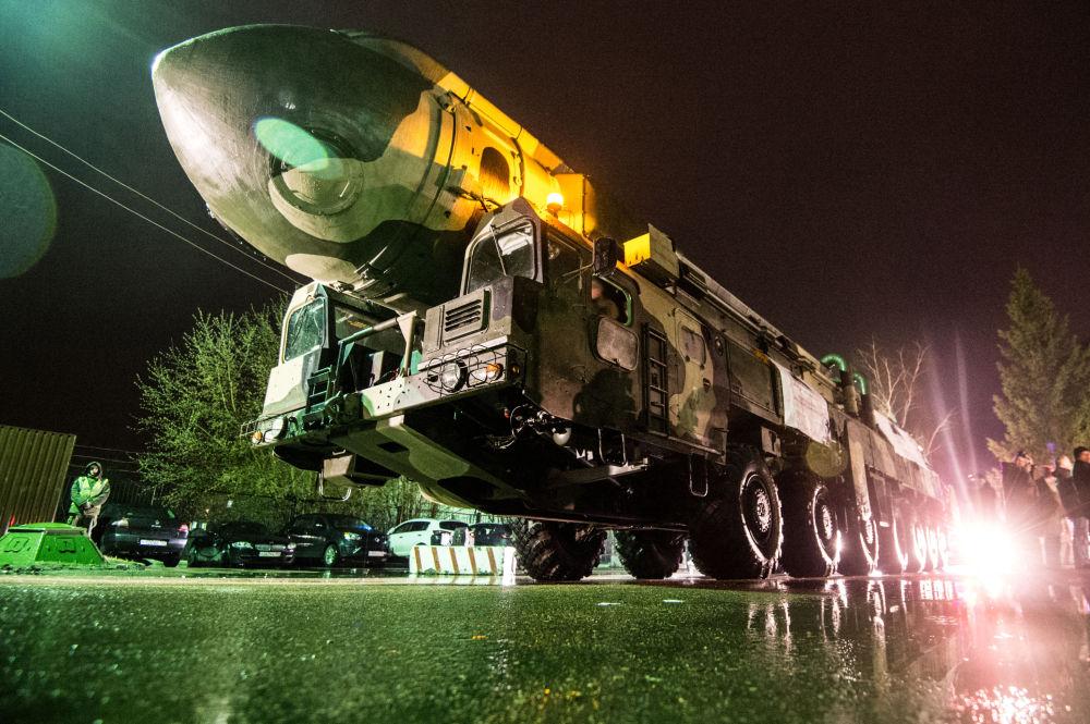 Il missile russo Topol durante le prove della Parata del 9 maggio a Mosca.