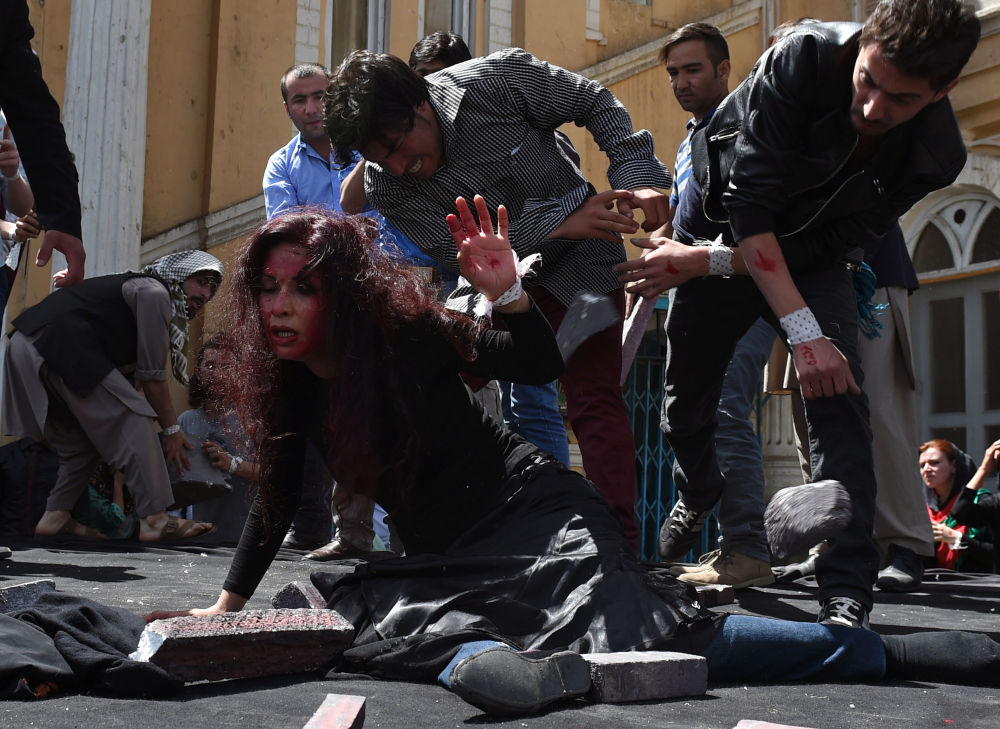 Artisti afghani manifestano contro il linciaggio di una giovane donna.