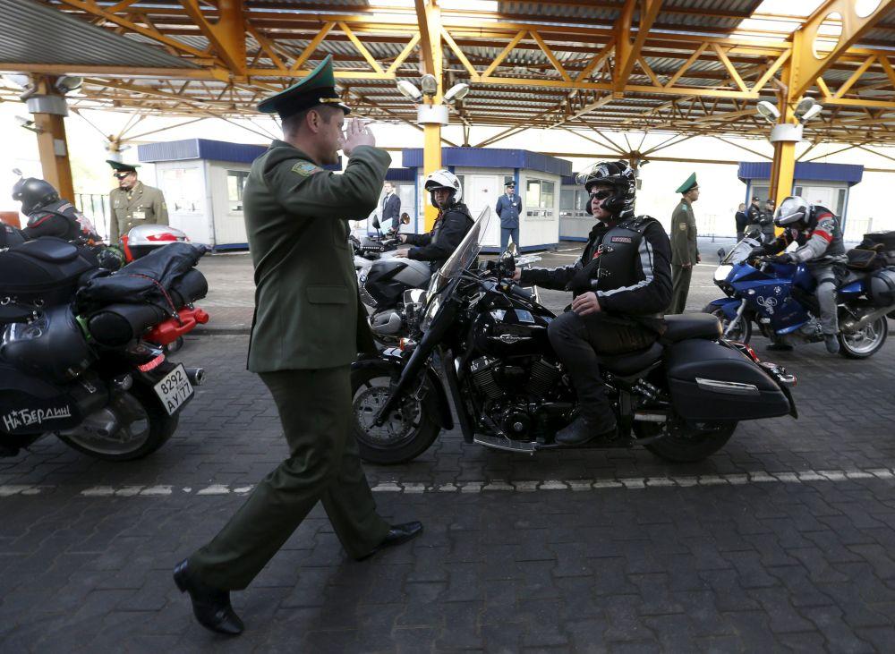 Un soldato bielorusso saluta i motociclisti del movimento dei Lupi della Notte.