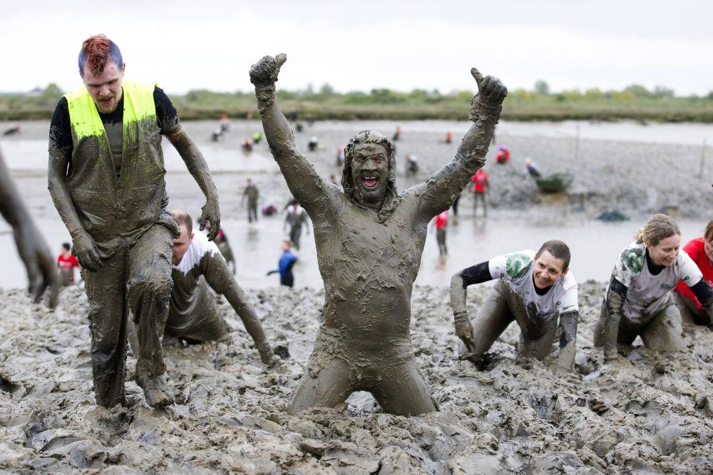 Il vincitore dell'annuale Maldon Mud Race in Inghilterra.