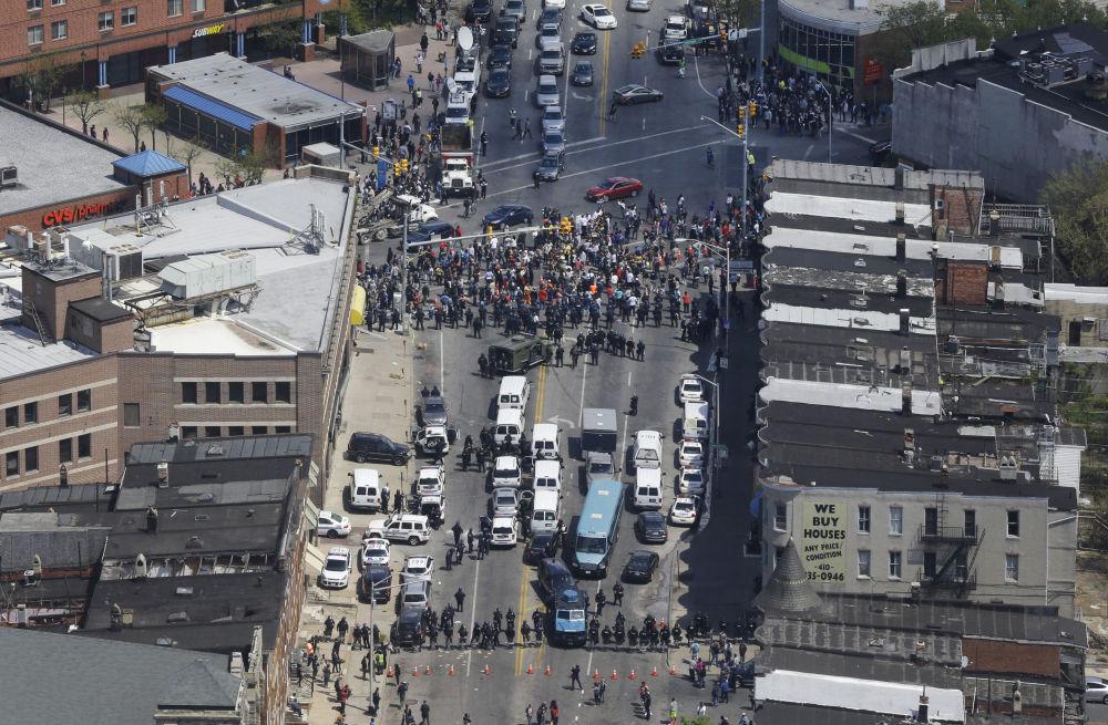 La polizia schierata in assetto antisommossa a Baltimore.