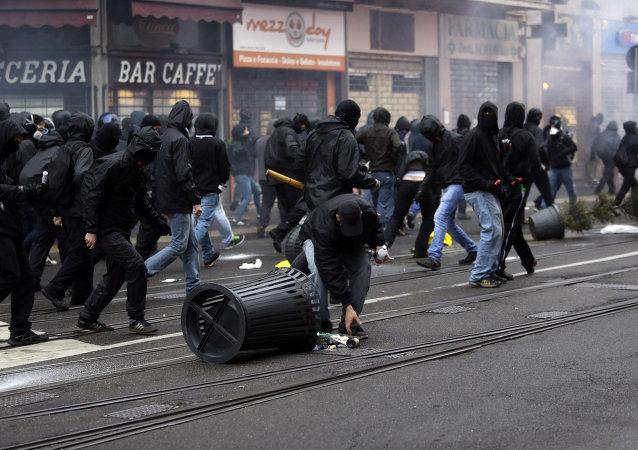 Milano, scontri al corteo dei black-blocks il 1 maggio.
