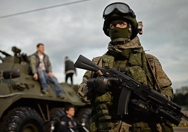Soldato russo con equipaggiamento Ratnik