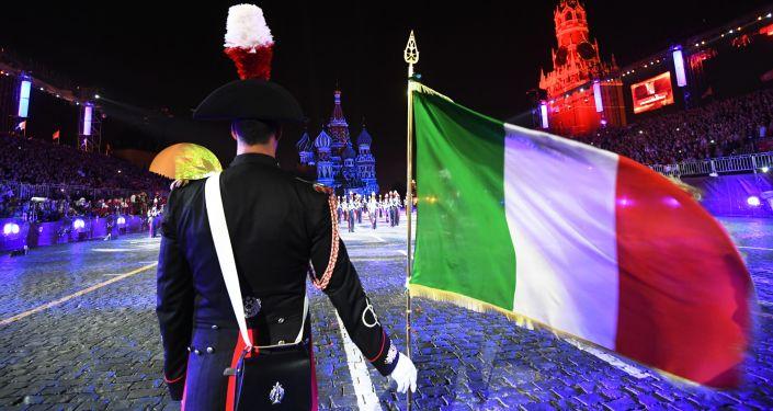 Le orchestre dei corpi militari di 12 paesi del mondo si esibiscono sulla Piazza Rossa di Mosca.