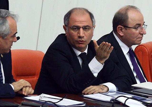 Ministro degli Interni della Turchia Efkan Ala (al centro)
