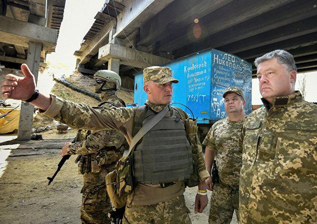 Poroshenko in visita ai militari impegnati nell'operazione ATO nel Donbass