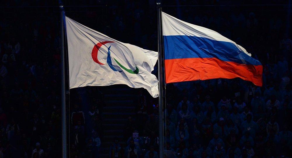 La bandiera russa e quella del Comitato Paralimpico Internazionale
