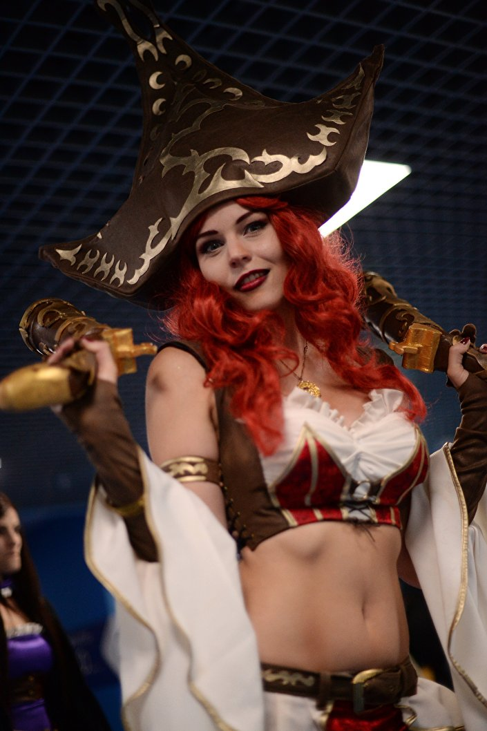 Una ragazza vestita a tema al torneo cyber games di Mosca League of Legends